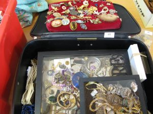 Lot 48 - Vintage Jewellery - Sold for £45