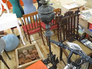 Lot 95 - Victorian cast iron standard oil lamp - Sold for £40