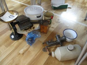 Lot 289 - Collection of vintage kitchenalia - Sold for £32