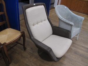 Lot 139 - Robin Day designed 70's retro swivel chair - Sold for £80