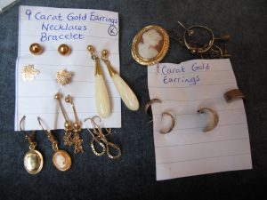 Lot 162c - Earrings, Necklaces & Bracelet in 9 Carat Gold - Sold for £50